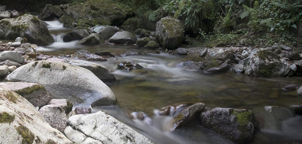 foto di un corso d'acqua scattata con un tempo di esposizione lungo grazie all'uso di un filtro ND a densità neutra