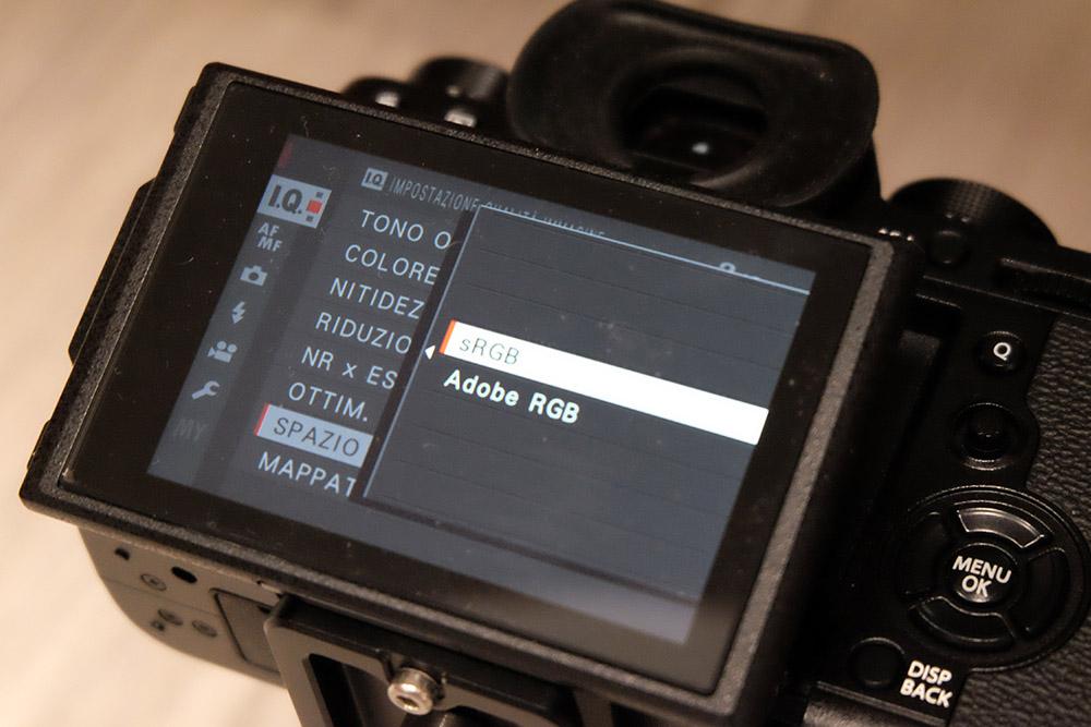 La scelta dello spazio colore nel menù fotocamera