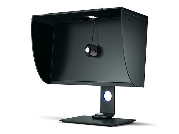Un colorimetro X-Rite appoggiato sul monitor per calibrazione e profilatura