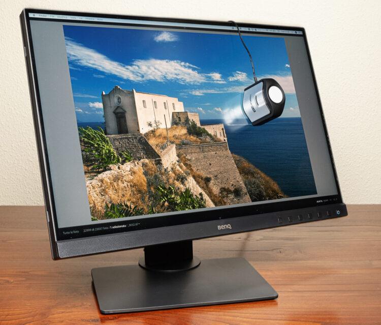 Un calibratore i1Display PRO di XRite su un monitor